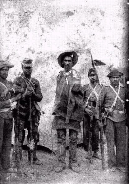 Soldados e um conselheirista ao centro - Foto de Flávio de Barroa